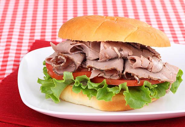 roast beef auf ein brötchen - roast beef sandwich stock-fotos und bilder