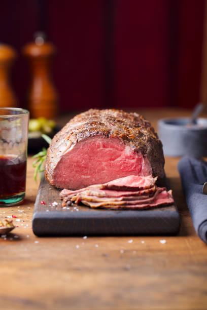 carne asada en tabla de cortar. fondo de madera. copiar espacio. - rosbif fotografías e imágenes de stock