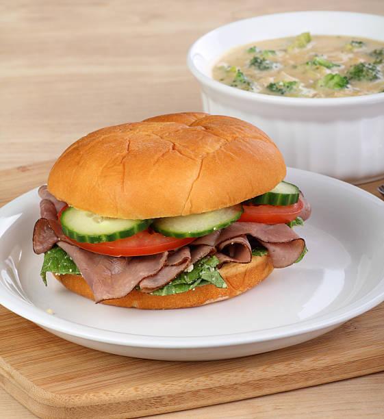 roast beef sandwich und suppe - roast beef sandwich stock-fotos und bilder