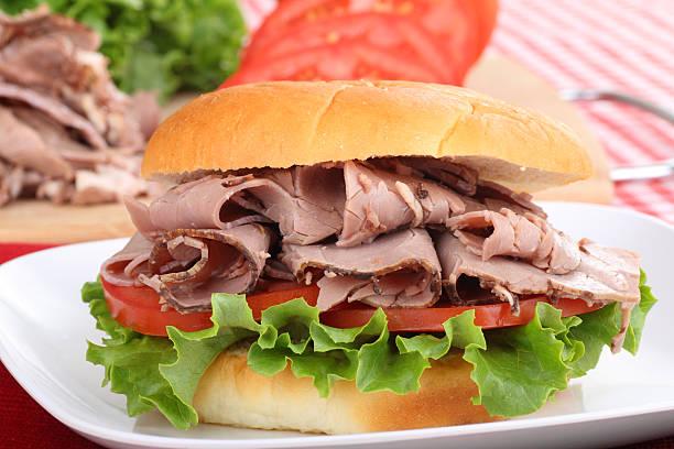 roast beef sandwich, nahaufnahme - roast beef sandwich stock-fotos und bilder