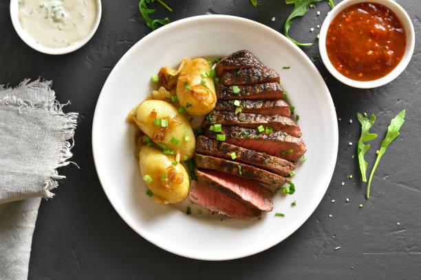 roastbeef mit kartoffel - salzkartoffel stock-fotos und bilder
