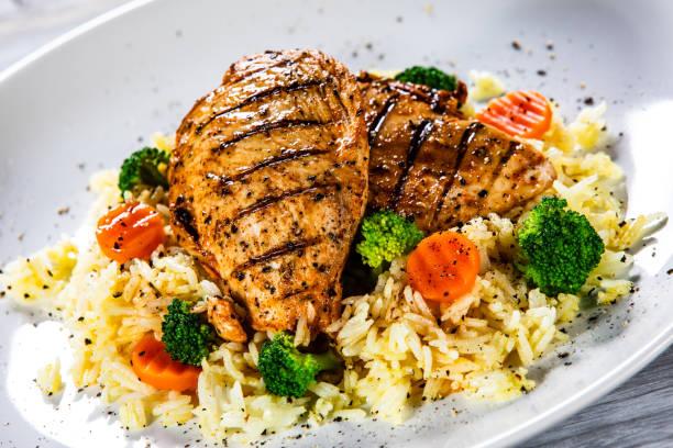 Gebratene Hähnchenfilets mit Reis und Gemüse – Foto