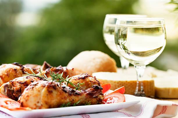 brathähnchen beine und weißwein in ein picknick - gewürz für gegrilltes hähnchen stock-fotos und bilder