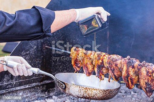 Umbria, Italia: Cottura del Pollo arrosto allo spiedo con girarrosto a legna