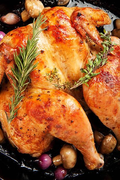 roast chicken - gebackene champignons stock-fotos und bilder