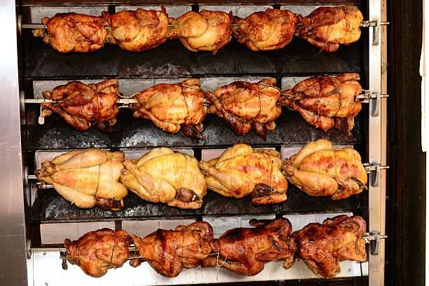 pollo arrosto - girarrosto foto e immagini stock