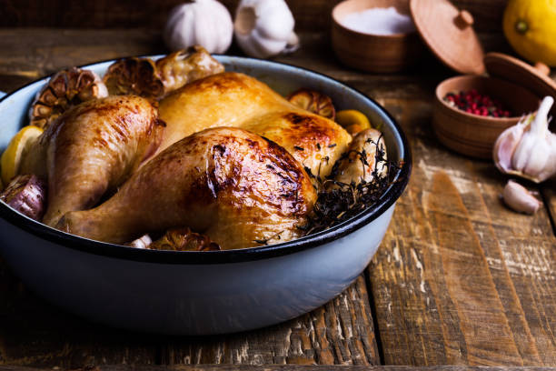 Gegrilltes Hähnchen mit Knoblauch, Thymian und Zitrone im Topf kochen – Foto
