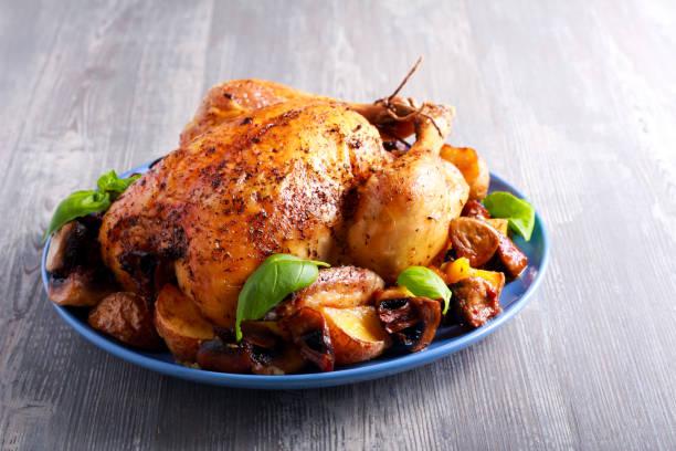 Pollo asado con patatas y setas - foto de stock