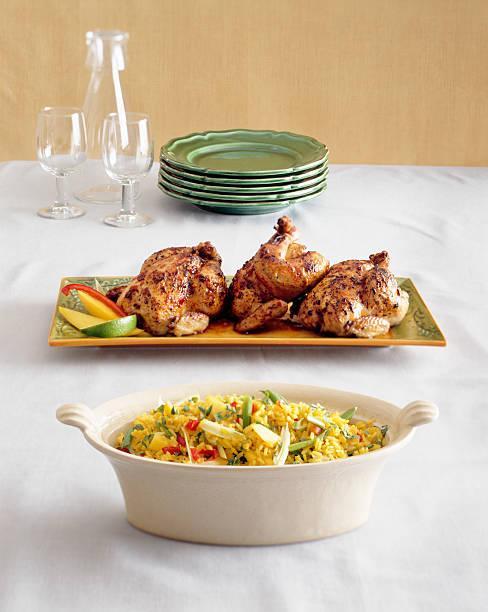 Gebratenes Huhn mit Reis auf Tisch zu servieren. – Foto