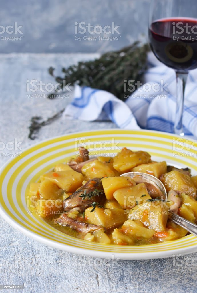 Roast meat and Temyan on concrete background with red wine photo libre de droits
