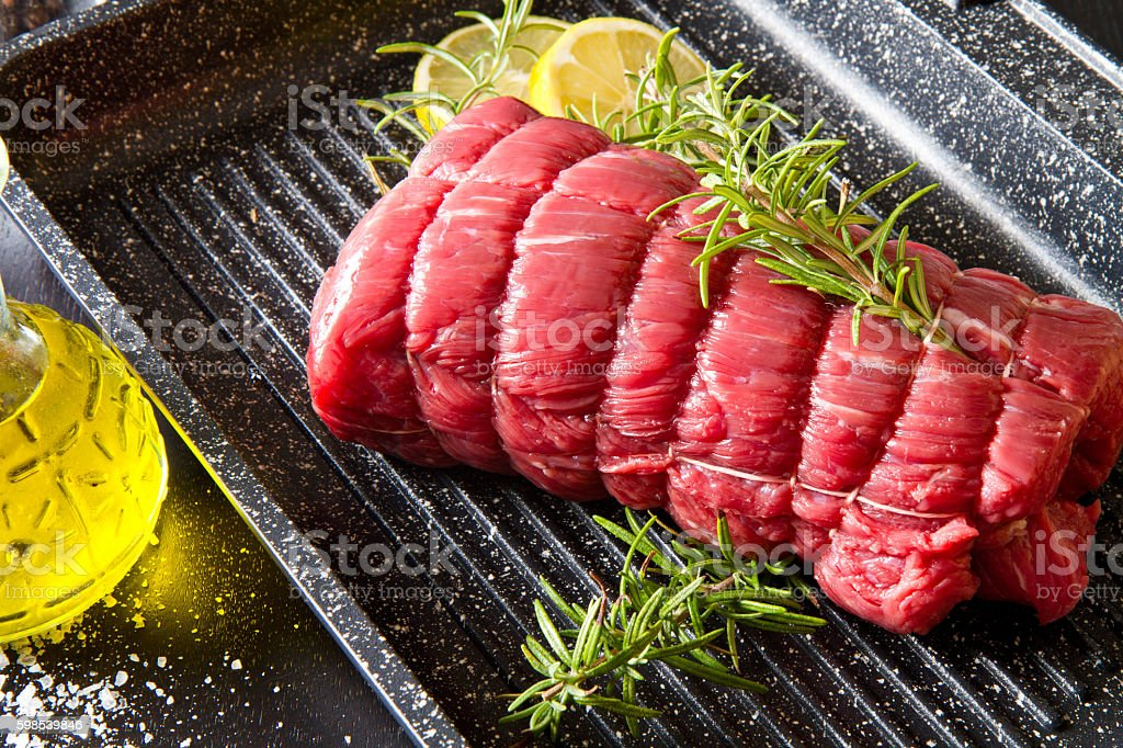 roast of beef with rosemary on plate pot on black photo libre de droits