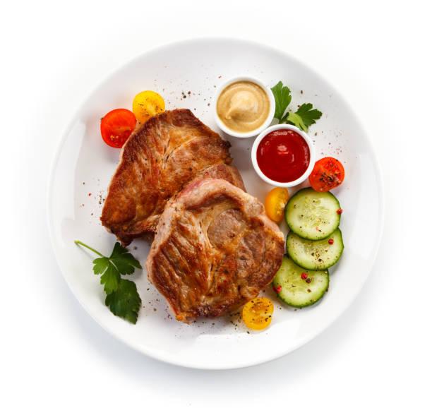 gebratenes schweinefleisch und gemüse - schnitzel braten stock-fotos und bilder