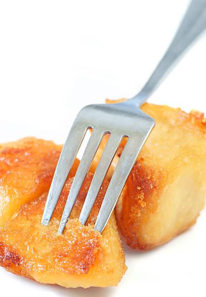 kartoffeln mit gabel isoliert. - kochen mit oliver stock-fotos und bilder