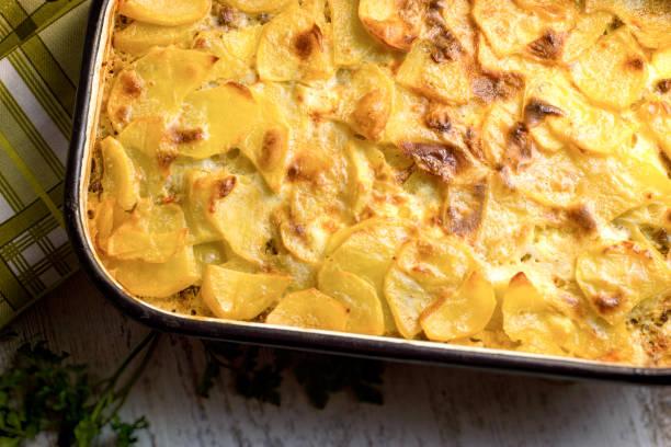 bratkartoffeln mit hackfleisch - hackfleisch - gemüseauflauf mit hackfleisch stock-fotos und bilder