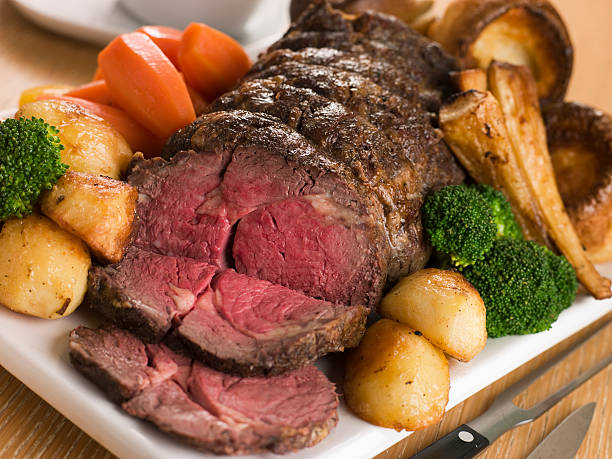roast rib eye of british beef with all the trimmings - gebraden vlees stockfoto's en -beelden