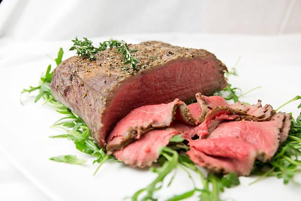 roastbeef rosa gebraten - roast beef stock-fotos und bilder