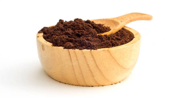 gerösteter und gemahlener kaffee auf einem weißen hintergrund. - kaffeepulver stock-fotos und bilder