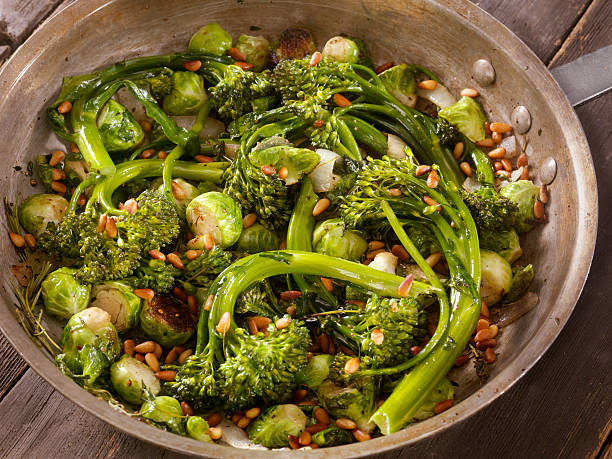 roasted broccolini and brussels sprouts - spruitjes stockfoto's en -beelden