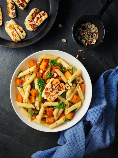 gebratener kürbis pastaschüssel mit gegrilltem halloumi-käse - nudelsalat zum grillen stock-fotos und bilder