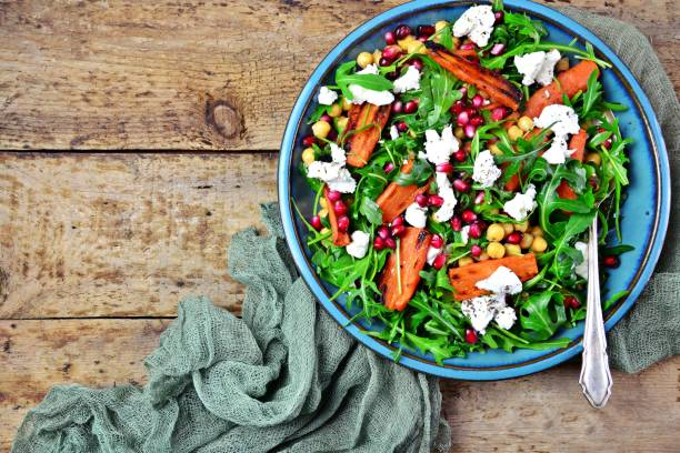 roasted carrots, goat's cheese and pomegranate seeds salad - saladier photos et images de collection