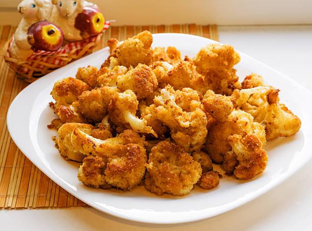 cavolfiore arrosto in pangrattato su bianco piatto - pangrattato preparazione degli alimenti foto e immagini stock