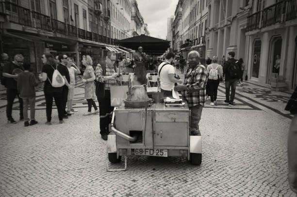 Gebratene Kastanien Hawker in Lissabon – Foto