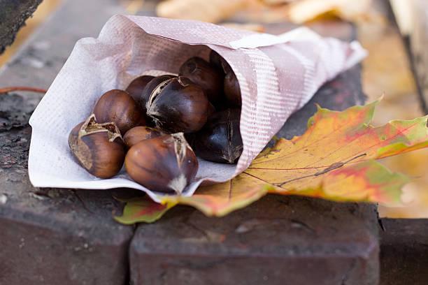 geröstete maronen - heisse maroni stock-fotos und bilder