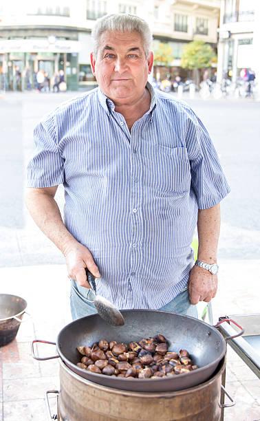 arrosto castagne venditore - ambulante foto e immagini stock