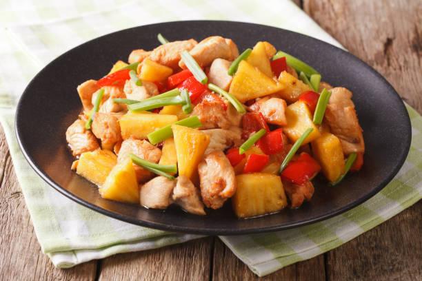 gebratene hühnerbrust mit ananas und gemüse in süß-saurer soße. horizontale - ananas huhn salate stock-fotos und bilder