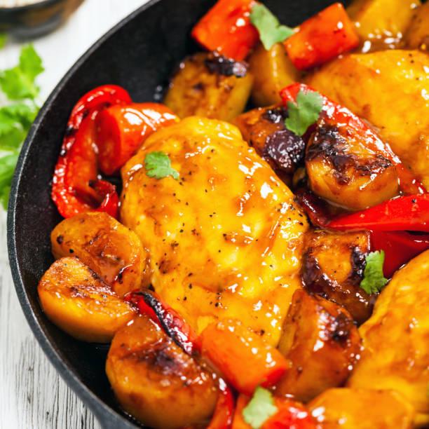 gebratene hähnchenbrust - paprika hähnchen stock-fotos und bilder