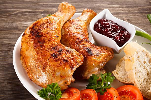 gebratenes hühnerfleisch beine und gemüse - hühnerkeulen stock-fotos und bilder
