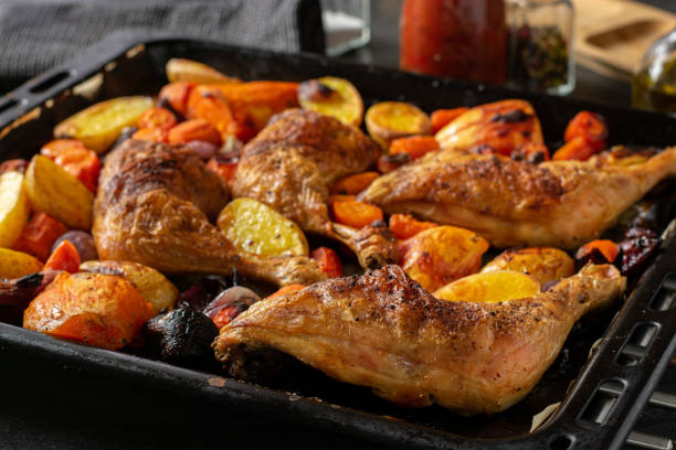 rostade kycklingben med grönsaker - bakplåt bildbanksfoton och bilder