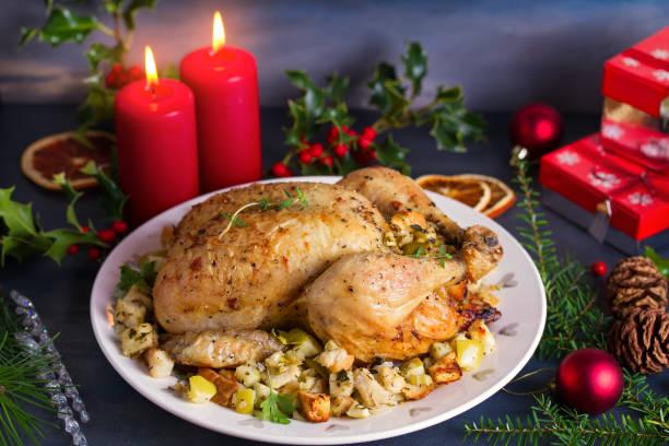 Pollo asado con relleno de manzana y pan. Decoraciones navideñas. Plato para Nochebuena. Menú de comidas de Año Nuevo - foto de stock