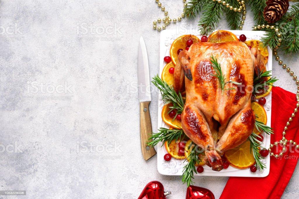 Gebratenes Huhn mit Orangen, Rosmarin und Preiselbeeren – Foto
