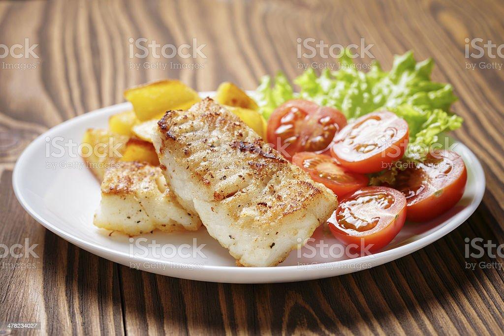 Bacalhau Filete Assado com produtos hortícolas - fotografia de stock
