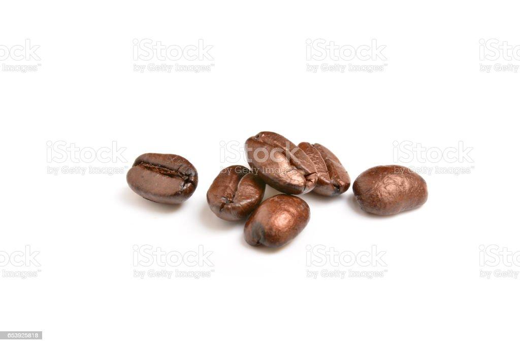 Geröstete Kaffeebohnen isoliert auf weißem Hintergrund  – Foto