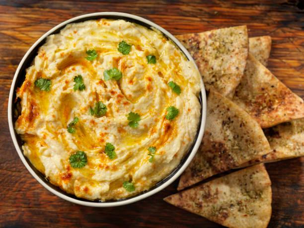 Gebratener Knoblauch Hummus mit Pita Chips – Foto