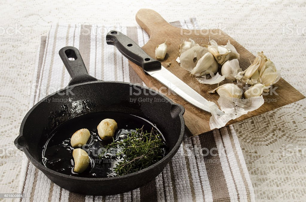 roasted garlic in a cast iron pan foto stock royalty-free