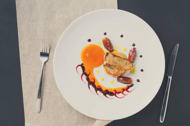 日フルーツとリンゴのロースト フォアグラ - フランス料理 ストックフォトと画像