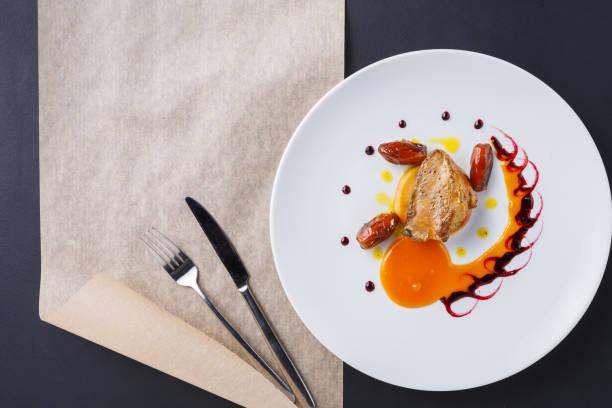 hígado de ganso asado con manzana y fruta de la fecha - comida francesa fotografías e imágenes de stock