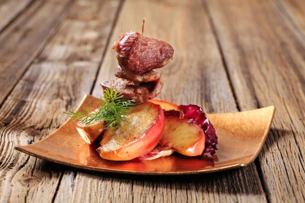 구운 고기 및 apple - 누벨퀴진 뉴스 사진 이미지