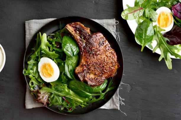roasted meat steak with green salad - meat plate imagens e fotografias de stock
