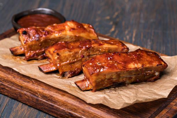 gebratene schweinefleisch spareribs - marinade für grillfleisch stock-fotos und bilder