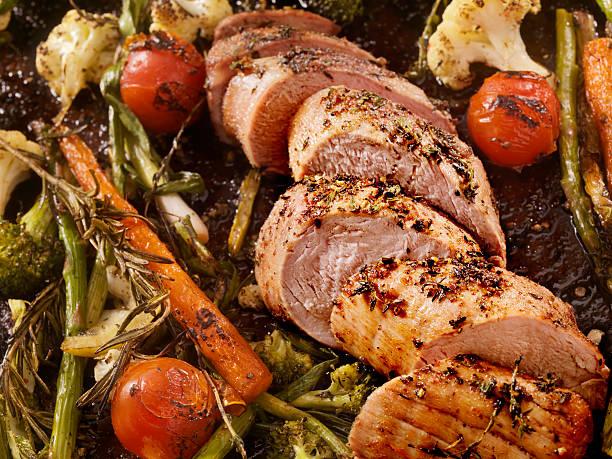 roasted pork tenderloin - ossenhaas stockfoto's en -beelden