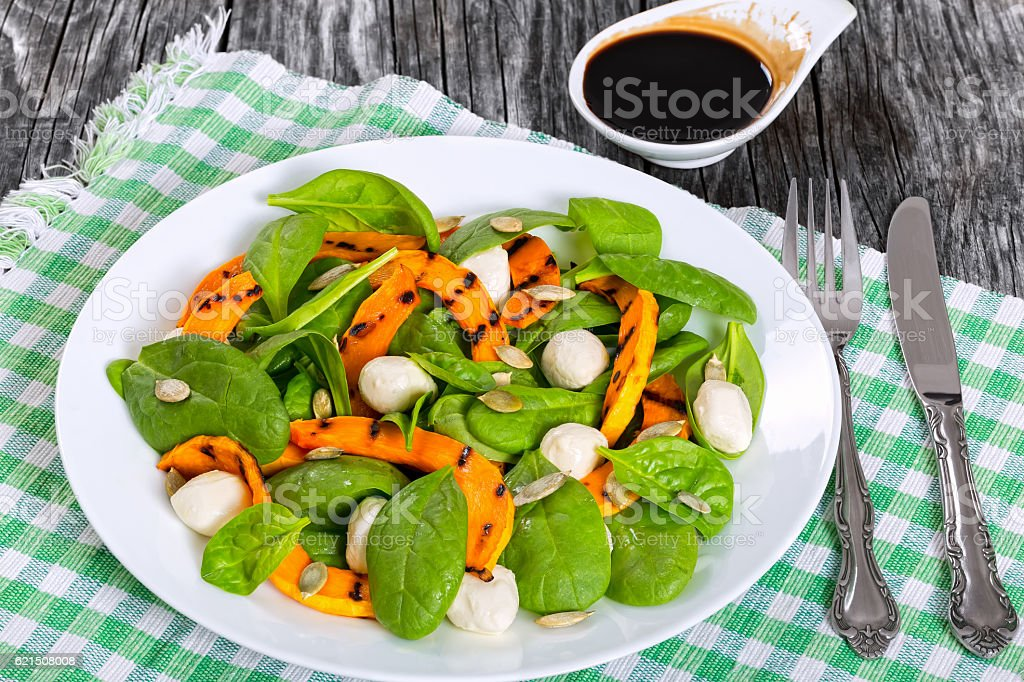 roasted pumpkin, mini mozzarella and spinach autumn salad Lizenzfreies stock-foto