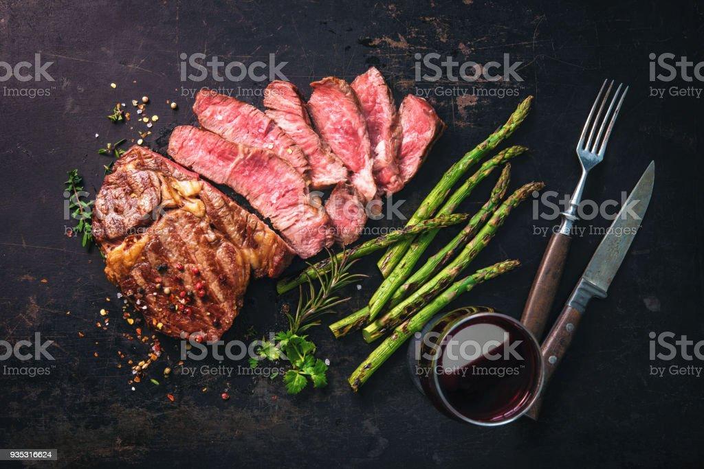 Geröstete Rib-Eye Steak mit grünem Spargel und Wein – Foto