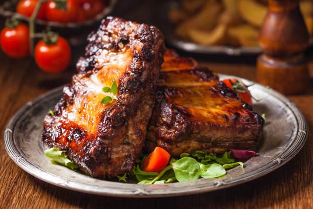 Roasted ribs served on an old plate dark or balck background picture id1157960546?b=1&k=6&m=1157960546&s=612x612&w=0&h=6aqym0myrvkj1sjjily59hahxrigtdlgaunjb4 62ca=