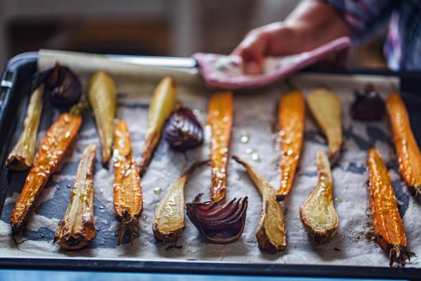 roasted root vegetables fresh from the oven - warzywo korzeniowe zdjęcia i obrazy z banku zdjęć