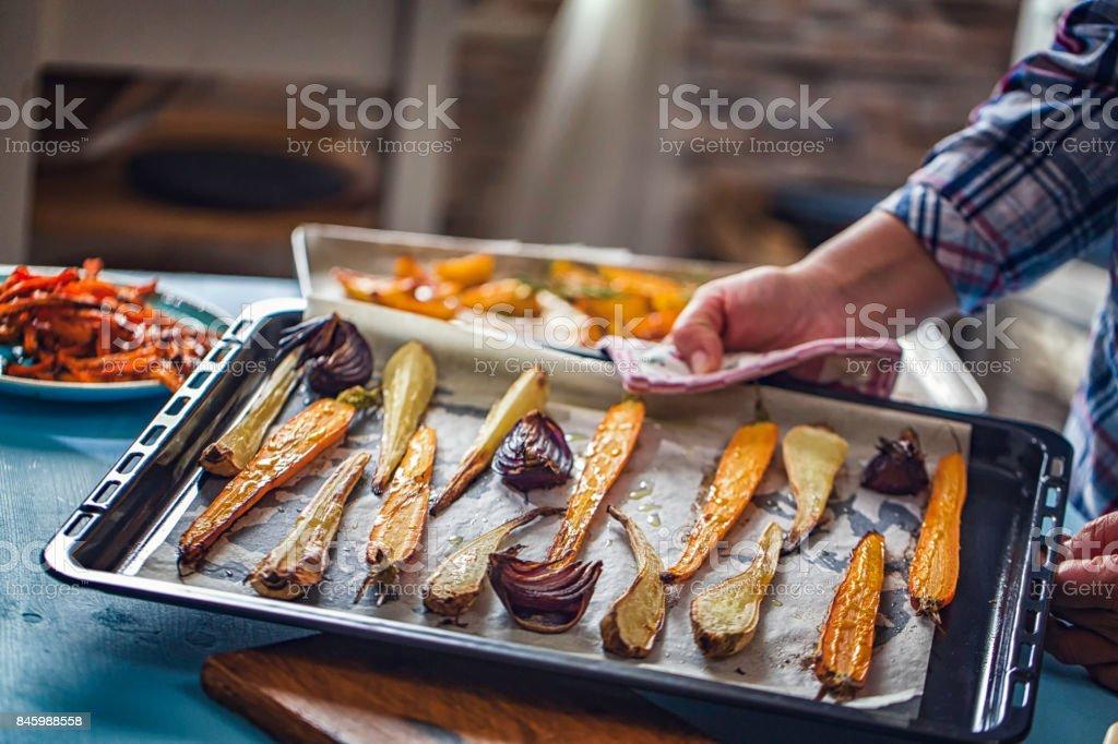 Assado de raiz legumes frescos do forno - foto de acervo
