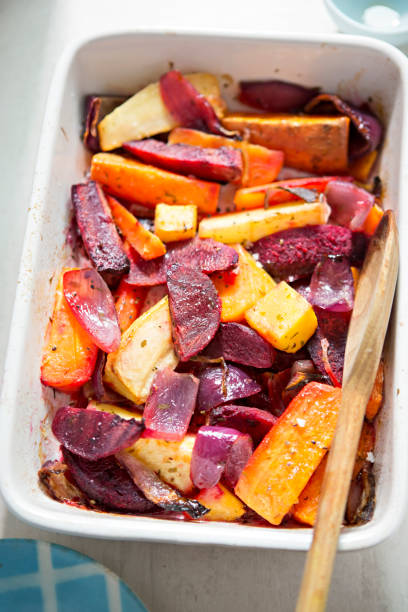 roasted root vegetables (carrot, beetroot, sweet potato) - warzywo korzeniowe zdjęcia i obrazy z banku zdjęć